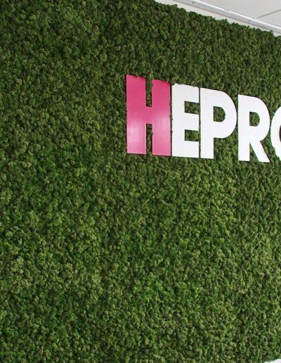 Logo van Hepro op mosmuur